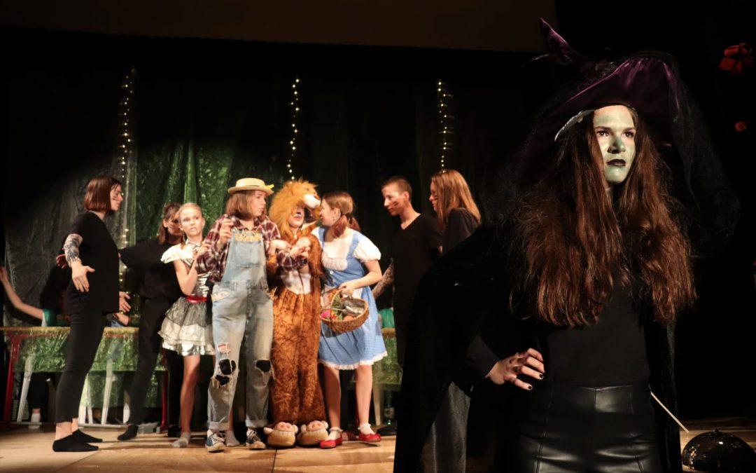 Konfetti und Applaus beim English Drama Club